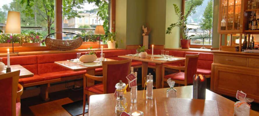 I hotellets egen restaurant serveres internationale retter og traditionelle østrigske specialiteter.